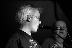 Erling synger harmoni med seg selv, mens Arne lytter henført!